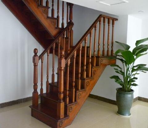 阁楼楼梯颜色哪个好看