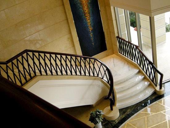 铁艺木扶手楼梯价格