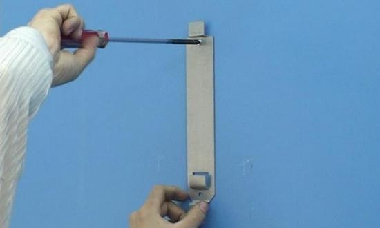 电热水器安装步骤6:墙上钻孔;安装膨胀塞,安装热水器挂板-电热水