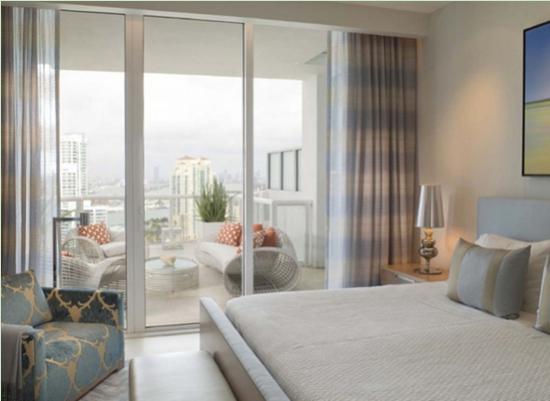 带阳台的主卧室装修效果图欣赏