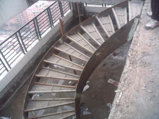 室外铁艺旋转楼梯设计整体效果