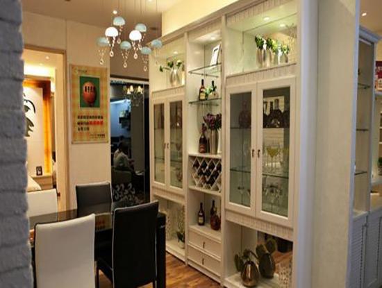 餐桌旁边设计一个带有玻璃门的酒柜可以储存很多东西,很多人都沉浸于图片