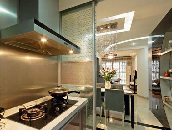 这个空间的餐厅和厨房之间的隔断是非常丰富的,玻璃门的造型相当好图片