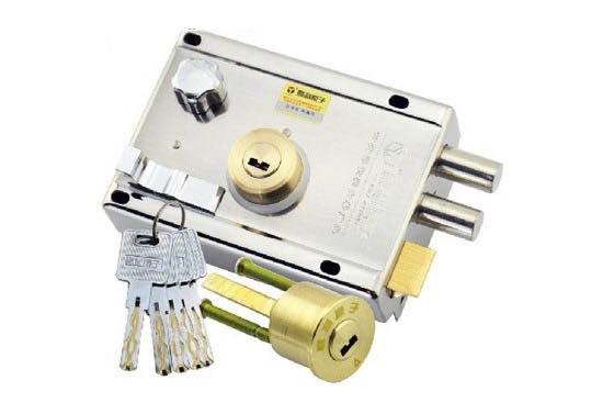 如何换防盗门锁芯:拆卸的步骤   旋下两颗用来固定面板用的螺丝之需要备好十字螺丝刀,用这个工具就可以完成螺丝的拆卸,而且操作起来也是很简单的。要注意一下顺序,那就是先卸掉执手之后再去进行锁帽的拆卸。而且一定要记住拆卸的步骤,因为返回安装的时候顺序也是一样的,自己拆卸的东西千万不要丢失了,这个不好配。   如何换防盗门锁芯:安装   如果说卸掉螺丝的时候不太容易拉出锁芯的话可以用锤子敲,再试试会比较容易。最后就是将锁芯防盗壳进行安装,替换掉新的锁芯之后,要记得将保险栓插入其中,然后再去进行把手的安装,