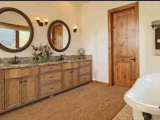 整体浴室柜防水吗