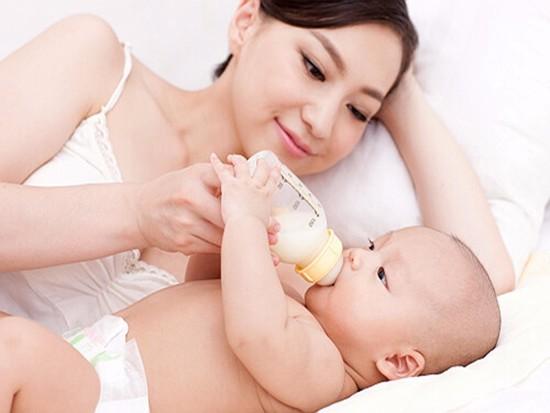 ���]母乳吃奶粉好��